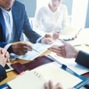 Verhandlungspartner am Tisch Bürgschaften Kaution Garantien
